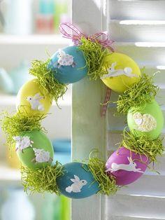 Diesen bunten Eierkranz können Sie ganz leicht nachbasteln! Alles was Sie dafür brauchen, finden Sie in unserer ANLEITUNG!
