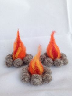 Create a magical play land out of almost any setting with this sweet felted camp. Create a magical play land out of almost any setting with this sweet felted campfire. Great for the nature table, pl Needle Felted Animals, Felt Animals, Wet Felting, Needle Felting, Felt Crafts, Diy And Crafts, Felted Wool Crafts, Fabric Crafts, Waldorf Crafts