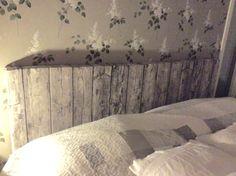 Sänggavel av gamla plankor.