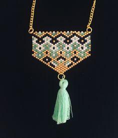 Elégant collier / sautoir tissé en perles miyuki, chaine dorée et pompon turquoise - style peyote
