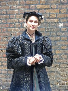 Costumed-A Lady In Waiting for Queen Katherine Parr at Hampton Court Palace. (my look again) Los Tudor, Tudor Era, Tudor Style, Tudor Costumes, Medieval Costume, Period Costumes, Renaissance Clothing, Renaissance Fair, Renaissance Fashion