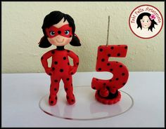 Topo de bolo com vela ladybug Ladybug Cakes, Ladybug Party, Cumpleaños Lady Bug, Lady Bob, Cake Topper Tutorial, Fondant Toppers, Cupcake Party, 4th Birthday Parties, Girl Cakes