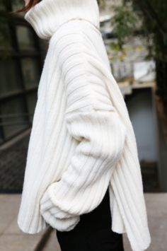 Nothing beats an over sized cable knit roll neck jumper to keep you warm during autumn. - Total Street Style Looks And Fashion Outfit Ideas Looks Style, Style Me, How To Have Style, How To Look Better, Fashion Gone Rouge, Roll Neck Jumpers, Cute Sweaters, Oversized Sweaters, Oversized Jumper Outfit