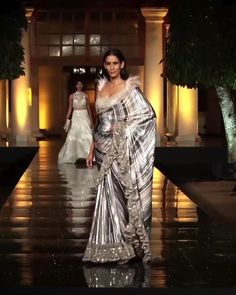Dress videos Manish Malhotra Look 14 Gorgeous Embroidered Silver Saree. Contemporary Art 2019 Runway Show Collection by Manish Malhotra Designer Sarees Wedding, Bollywood Designer Sarees, Designer Anarkali Dresses, Designer Dresses, Indian Designer Sarees, Bollywood Saree, Manish Malhotra Designs, Manish Malhotra Collection, Manish Malhotra Saree