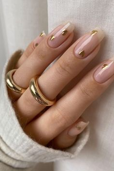 Drippin' in GOLD✨🤍 Catch us asking for this mani when the nail salons reopen! We are OBSESSED with these gold heart nails by @tiffanyabbigailebeauty✨ Stylish Nails, Trendy Nails, Cute Nails, Gold Nail Art, Gold Nails, Dragon Nails, Heart Nails, Minimalist Nails, Best Acrylic Nails