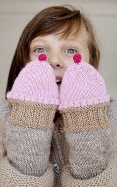 Herkullisen hauska ystävänpäiväidea, joka lämmittää varmasti ystävän sydäntä – ja käsiä: Neulotut ja virkatut cupcake-lapaset!