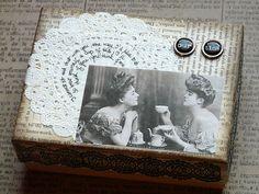 Teeboxen kann man ganz leicht mit Bildern, Servietten, Tortenspitze oder kleinnen Accessoires persönlich dekorieren  http://www.moebel.de/magazin/x-mas-in-the-city