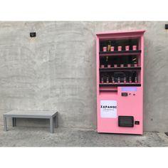 """2017年6月オープンしたてのソウルにある「zapangi(ジャパンギ/자판기)」というカフェを知っていますか?ソウルの女の子たちに今大人気のカフェなのです。目印である""""ピンクの自動販売機""""は、フォトスポットでもありますが、なんとドアになっていて入り口なのです。今回はそのフォトジェニックなカフェの詳細をご紹介します。"""