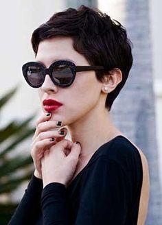 """O pixie cut, ou pixie hair, nada mais é do que o corte feminino curto, vulgo """"Joãozinho"""", que está tomando novas lindas possibilidade em tamanho, cores e movimento."""