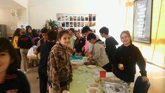Sosyal Bilgiler Zümresi olarak geçtiğimiz yıl 6. sınıflarla LÖSEV yarına düzenlediğimiz kermesi bu yıl Mehmetçik Vakfı yararına düzenledik. Türk mutfağına ait yemeklerin yanında dünya mutfağına ait yemeklerinde yer aldığı kermesimizde öğrencilerimiz hem yemeklerin hazırlanması hem de satılması aşamalarında yer alarak hem sorumluluk almış oldular hem de güzel bir amaca hizmet etmiş oldular. Emeği geçen tüm öğrencilerimize ve bizlere destek olan değerli velilerimize teşekkürlerimizi sunarız.