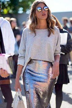 Ana Fasano usa look para o dia com saia metalizada, blusa de moletom cinza, óculos espelhado e bolsa branca.