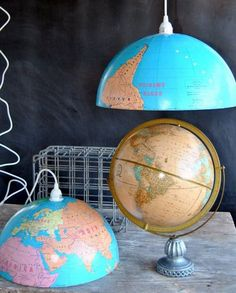 upcycled world globe as homemade pendant lights in two halfs for creative decoration Globe Lamps, Globe Lights, Globe Pendant Light, Pendant Lighting, Diy Simple, Easy Diy, Globes Terrestres, Luminaire Original, Recycled Toys