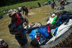 Большая стирка. (15 фото)      Одна из достопримечательностей Абиджана, столицы Кот-д'Ивуара - прачки фанико. На языке диула «фани» значит «ткань, одежда», а «ко» — «стирать». Получается, фанико — это «тот, кто стирает одежду». Прачками здесь работают исключительно мужчины, работа тяжелая и женщин можно встретить только на мыловарне.    Читать всё: http://avivas.ru/topic/bolshaya_stirka.html