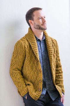 Open front Brooklyn Tweed has a brand new capsule collection, designed by Michele Wang. Longtime BT fans will be very familiar with Michelle's aesthetic, which Outfits Casual, Cardigan Outfits, Men Casual, Man Cardigan, Mens Knitted Cardigan, Man Sweater, Shawl Cardigan, Cardigan Pattern, Cardigan Fashion