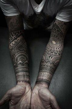tatouage homme, motifs tribal, inspiration mandala, t shirt blanc et noir, tatouage avant bras