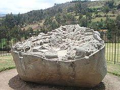Algunas representaciones escultóricas están talladas sobre la roca madre (como en Machu Picchu) o sobre grandes piedras (Saywite); es decir se hallan asociadas a las grandes construcciones arquitectónicas. En algunos casos se ven representaciones de cerros, escalas y acueductos, de posible simbolismo ritual.