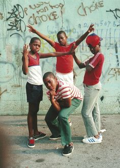 11-shabazz-ausstellung-new-york-80-jamel-shabazz-young-boys-east-flatbush-brooklyn-1981-copyright-and-courtesy-the-artist (1)