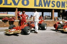 Emerson Fittipaldi relaxing in the pits overlooking his Gold Leaf Lotus-Ford 1971 South African Grand Prix, Kyalami Vintage Racing, Vintage Cars, F1 Motor, Motor Sport, Jochen Rindt, Lotus F1, Lancia Delta, Formula 1 Car, F1 Racing