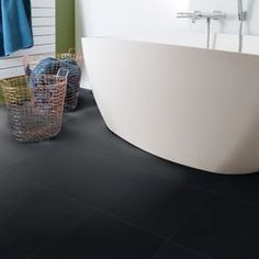 Vinyl Fliesen Bodenbelag in stylischen schwarz - #vinyl #fliesen #bodenbelag #badezimmerideen Bathtub, Bathroom, Black Tiles, Flooring Tiles, Standing Bath, Washroom, Bathtubs, Bath Tube, Full Bath