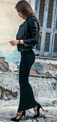 Walking while wearing a long black tube skirt Black Skirt Outfits, Winter Skirt Outfit, Hot Outfits, Fall Outfits, Black Tube Skirt, Black Leather Pencil Skirt, Sexy Skirt, Dress Skirt, Hobble Skirt