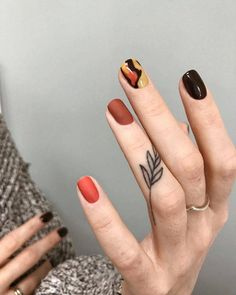 Finger tattoos are not as obvious as tiger& mouth or exaggerated as other tattoo parts. Like some couples or girls, finger tattoos give people a fresh and Mini Tattoos, Leaf Tattoos, Body Art Tattoos, Small Tattoos, Sleeve Tattoos, Minimalist Nails, Cute Nails, Pretty Nails, Nail Art Designs
