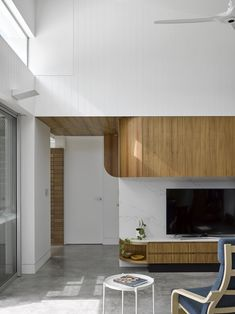 Image 9 of 13 from gallery of The Honeyworks House / Paul Butterworth Architect. Photograph by Christopher Frederick Jones Tv Feature Wall, Feature Wall Design, Sustainable Architecture, Residential Architecture, Modern Architecture, Internal Courtyard, Internal Design, Interior Design Inspiration, Garden Inspiration