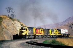 1986-06-22 ATSF 5700 Bealeville, CA - An eastbound intermodal train has mix of EMD and GE locomotives in the consist as it climbs out of the Allard horseshoe. It is approaching the Bealville grade crossing on the west slope of the Tehachapi Mountains.