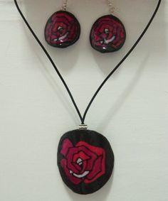 conjunto de collar y pendientes circulares y cóncavos , flores rojas