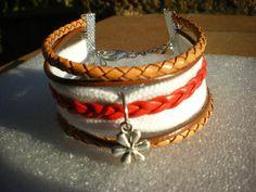 bracelet manchette cuir rouge et marron deux tons avec une jolie fleur argentée…