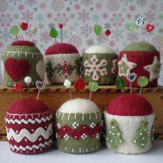 Embroidered felt pincushions are adorable. Felt Crafts, Holiday Crafts, Fabric Crafts, Sewing Crafts, Sewing Projects, Diy Crafts, Sewing Box, Sewing Notions, Sewing Kits