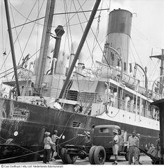 Cas Oorthuys/ Vrachtschip 'Alcinous' uit Amsterdam wordt in de haven van Jakarta gelost, Indonesië (1947)