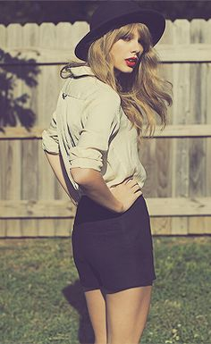 Taylor Swift's backyard photoshoot..cause its foe free!!