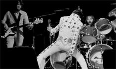 Elvis Presley Evening Show Madison Square Garden June 1972 - Ronnie Tutt on drums Elvis Presley Live, Elvis Presley Photos, Elvis Sings, Elvis In Concert, You're Hot, Chuck Berry, New York Photos, Madison Square Garden, Music Photo