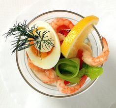 Räkcocktail är en riktigt klassisk förrätt. Enkelt och jättegott! Förbered det mesta och lägg ihop strax före servering.
