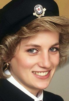 An official portrait of Princess Diana, wearing The British Red Cross's uniform, of which she was a patron. The portrait was captured by Tim Graham, a royal photographer - May 1985 Princess Diana Pictures, Princess Diana Family, Princes Diana, Royal Princess, Princess Of Wales, Perfect Wife, Lady Diana Spencer, Girl Gifs, Queen Of Hearts