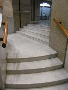 #Marmortreppen können an jeden Stil angepasst werden, sei es klassisch, modern, schlicht oder pompös.  http://www.marmor-deutschland.com/marmortreppen-noble-marmortreppen