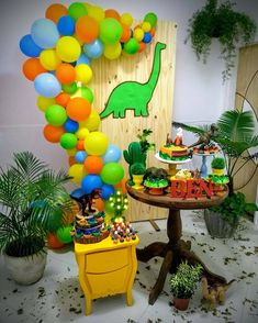 La imagen puede contener: planta e interior Diy 1st Birthday Party, Dinosaur Birthday Party, Boy Birthday, Dinosaur Party Decorations, Birthday Party Decorations, Die Dinos Baby, Baby Tea, Roller Skating Party, Party Themes For Boys
