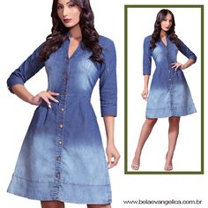 2b556f822521 Vestido jeans com lavagem. Sua modelagem é evasê, comprimento médio e  mangas 3/