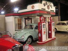 Convert Your Garage into a Man Cave - Man Cave Home Bar Garage Art, Man Cave Garage, Garage Ideas, Car Garage, Diy Projects Baby Shower, Car Furniture, Furniture Ideas, Pompe A Essence, Vintage Gas Pumps