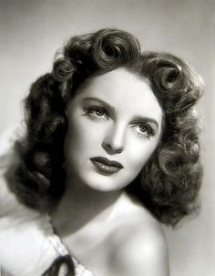 Julie London, 1945 finger waves still come in handy today for an old Hollywood glam look! Julie London, 1940s Hairstyles, Headband Hairstyles, Summer Hairstyles, Wedding Hairstyles, School Hairstyles, Updo Hairstyle, Vintage Glamour, Vintage Beauty