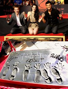 I stood.in their foot prints when i was in cali this last summer so fun! Robert, Kristen and Taylor at Grauman's Chinese Theatre Twilight Saga Quotes, Twilight Saga Series, Twilight Edward, Twilight Cast, Twilight Series, Twilight Movie, Vampire Twilight, Bella Y Edward, Edward Cullen
