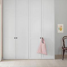 Helsingö: quality kitchens and wardrobes with IKEA cabinets frames. ENSIÖ wardrobe in Feather Grey and PARASOL Black Aluminium Handles. Pax Closet, Closet Doors, Ikea Furniture, Bathroom Furniture, Bedroom Built In Wardrobe, Ikea Cabinets, Cupboards, Condo Design, Grey Doors