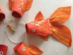 Animais feitos com rolos de papel higienico 10 … Animais feitos com rolos de papel higienico 10 Related posts: Paper Plate Rainbow Fish Craft paper plate crafts for kids and paper roll crafts Moving Paper Fish Nemo Toilet Paper Roll Crafts, Paper Crafts For Kids, Diy For Kids, Arts And Crafts, Ocean Crafts, Fish Crafts, Toddler Crafts, Preschool Crafts, Animal Crafts