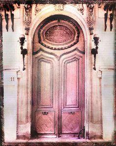 Photographie de Paris, impression dart altéré dune belle porte vieux rose à Paris. Cest incroyable de voir combien belles vieilles portes il sont