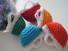 Colorate e velocissime da fare le borsettine a uncinetto di Anna di Annalafata.blogspot.it.  Un'idea carina anche da realizzare come bomboniera portaconfetti, in colori accesi p...