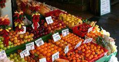 Como vender taças de salada de frutas. Todo mundo ama as bancas de frutas nas feiras e nos mercados. Não é necessário ter um estabelecimento grande nem um restaurante para vender taças de salada de frutas. Considere o quão popular as barracas de pastel e milho podem ser. As frutas frescas cortadas, incluindo a sempre favorita melancia, também podem ser populares.