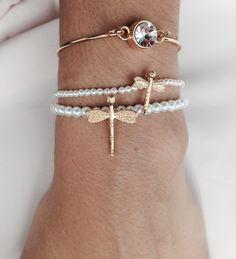 Pulseras elásticas de perlitas mini y super mini con libélulas oro mate... una combinación muy fina, dulce y elegante! www.cosinasdesara.com