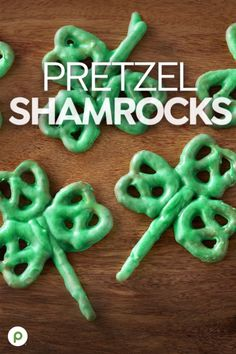 Pretzel Shamrocks Recipe If pretzel munching is more your scene, go all the way with chocolate and green. For a great Irish snack, Publix Aprons® has your back. Holiday Treats, Holiday Fun, Holiday Recipes, Easter Recipes, Easter Food, Publix Aprons Recipes, St Patricks Day Food, St Patricks Day Snacks For School, Pretzels Recipe