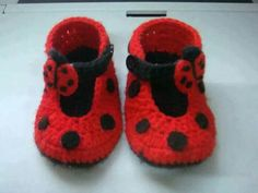 How to Crochet Cuffed Baby Booties - Crochet Ideas Crochet Baby Shoes, Crochet Baby Booties, Crochet Slippers, Knitted Baby, Crochet Baby Blanket Beginner, Baby Knitting, Crochet Ladybug, Baby Slippers, Baby Boots