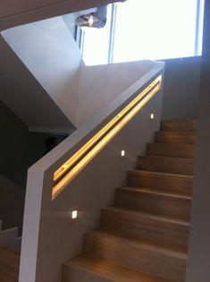 Ferdig trapp. Trappen har tette trinn av oljebehandlet eik. I trinneneer det downlights, Trappen har tett hvitmalt rekkvertk med integrert håndløper og LED belysning fra Stork